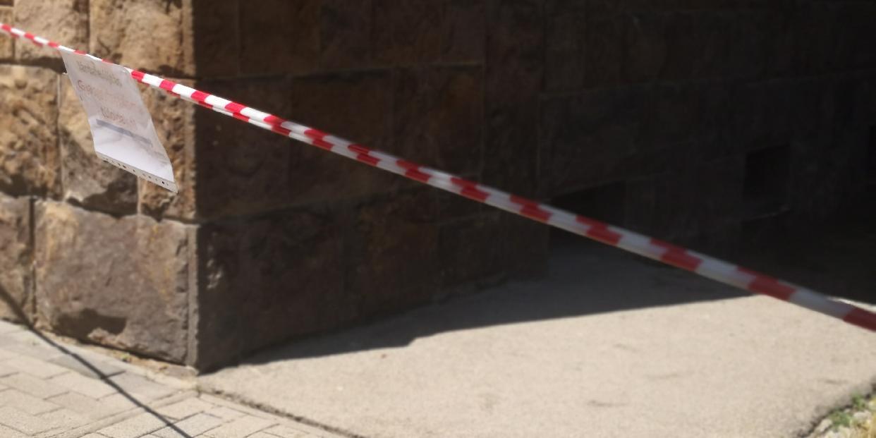 Megkezdődött a Vásár téri iskola Szabadság úti járdájának felújítása